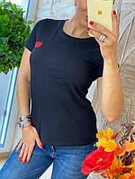 Черная женская футболка с сердцем