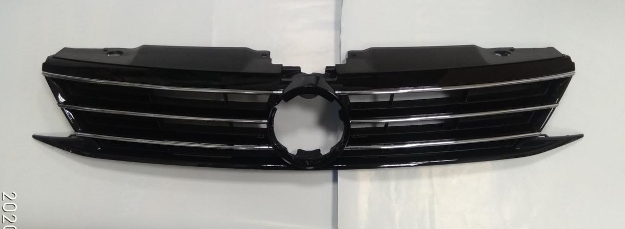 Решетка радиатора VW Jetta VI '14- черная, с хром молдингами 5C6853651AJ