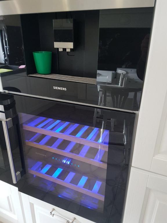 Ремонт дверки встроенного винного холодильника