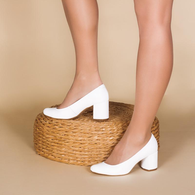 Женские туфли белые на среднем обтяжном каблуке 6 см. Натуральная кожа.