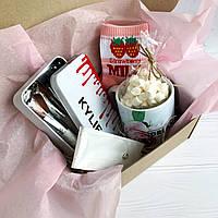 Подарок для девушки, подруги с чашкой и кистями для макияжа