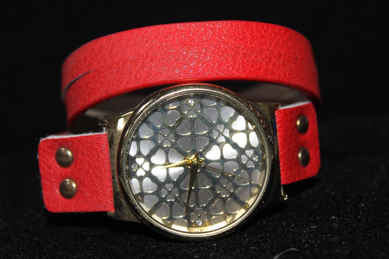 Красивые большие часы на длинном красном ремешке
