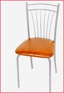 Серебристый каркас и светло-коричневый материал оббивки сидения