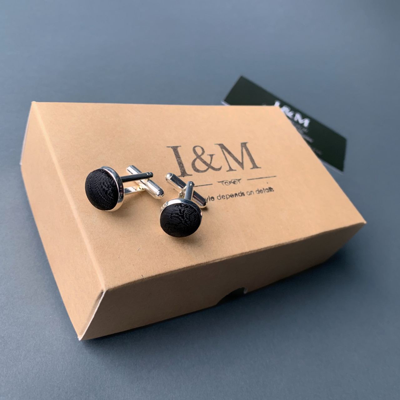 Запонки I&M Craft черные с узором (500142Z)
