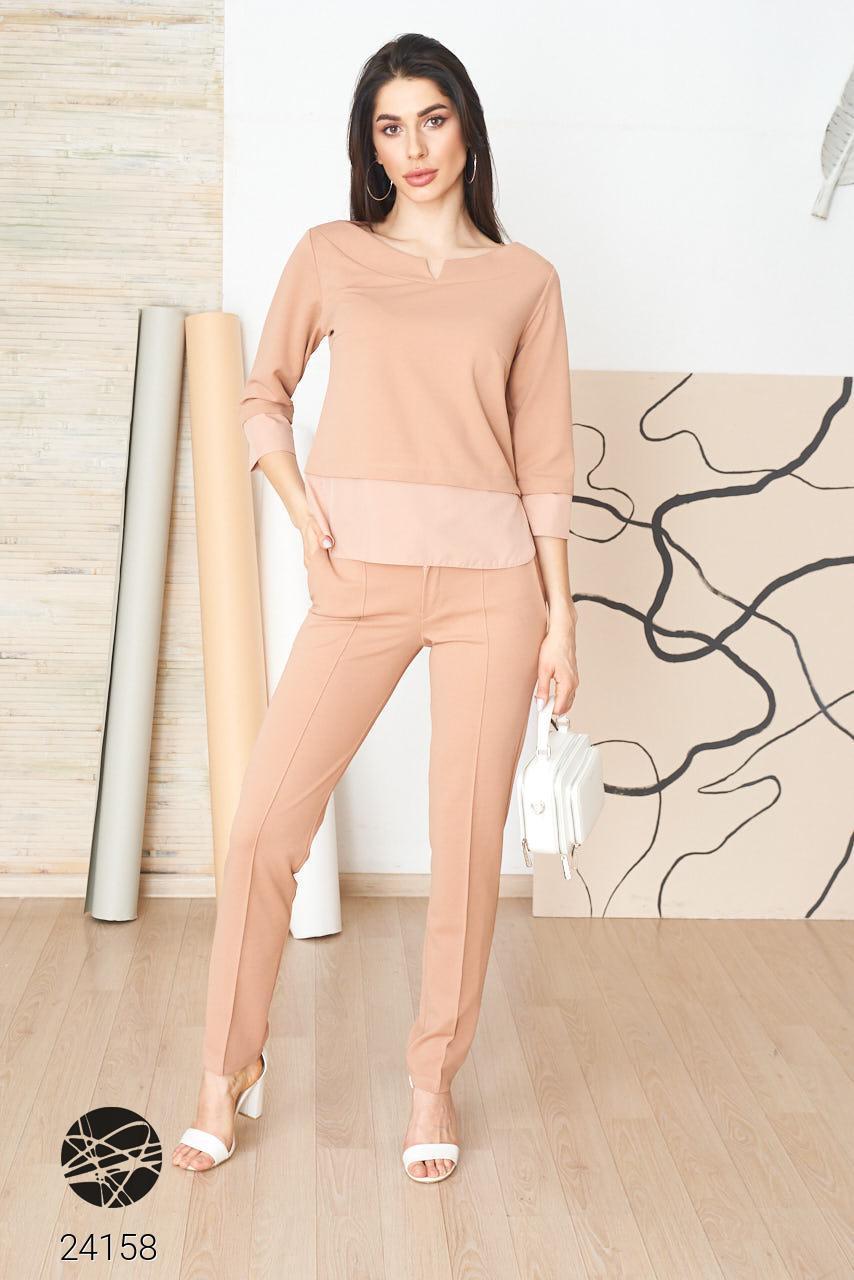 Женский брючный костюм с блузой бежевого цвета. Модель 24158. Размеры 42-62.