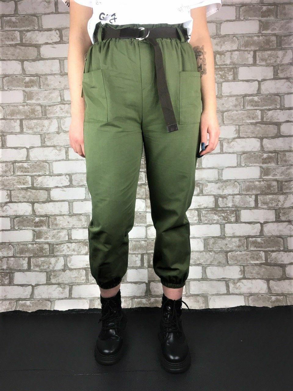 Женские брюки хаки с коричневым поясом