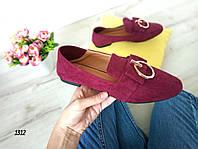 Женские туфли (лоферы) цвета бордо с декором, из эко замши