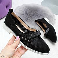 Стильные черные женские туфли с перфорацией на низком каблуке