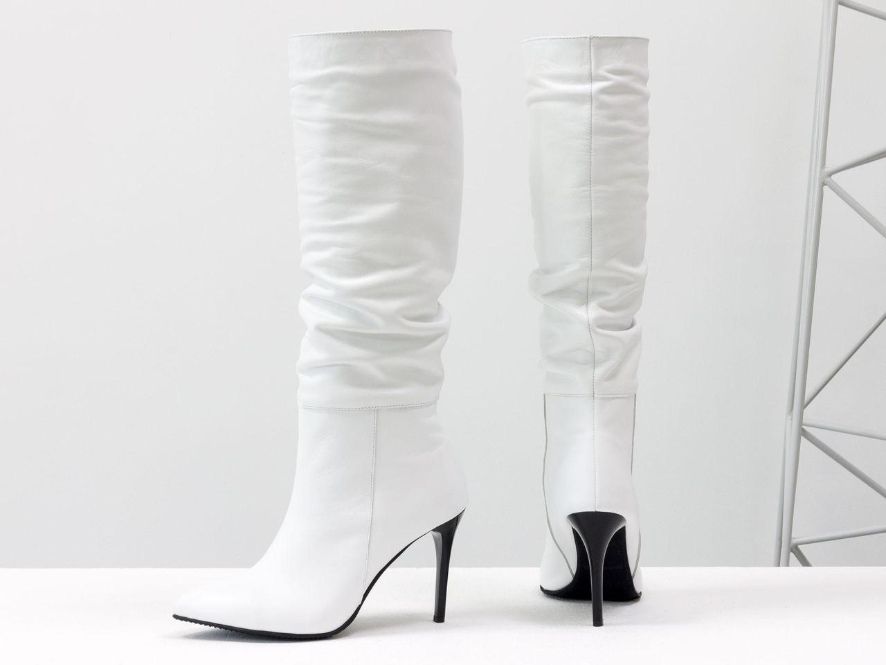Сапоги-гармошки свободного одевания из натуральной кожи белого цвета, на глянцевом каблуке шпильке