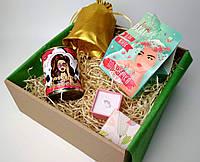 """Подарок девушке на 8 Марта набор """"Сердечки"""": клубничное драже, носочки брюнетки, брошка """"Сердечки"""" и пожелания"""