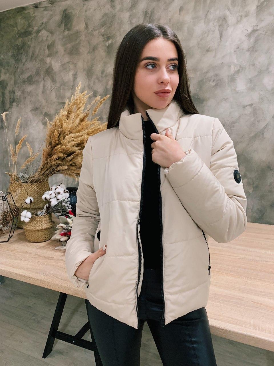 Короткая женская демисезонная бежевая куртка