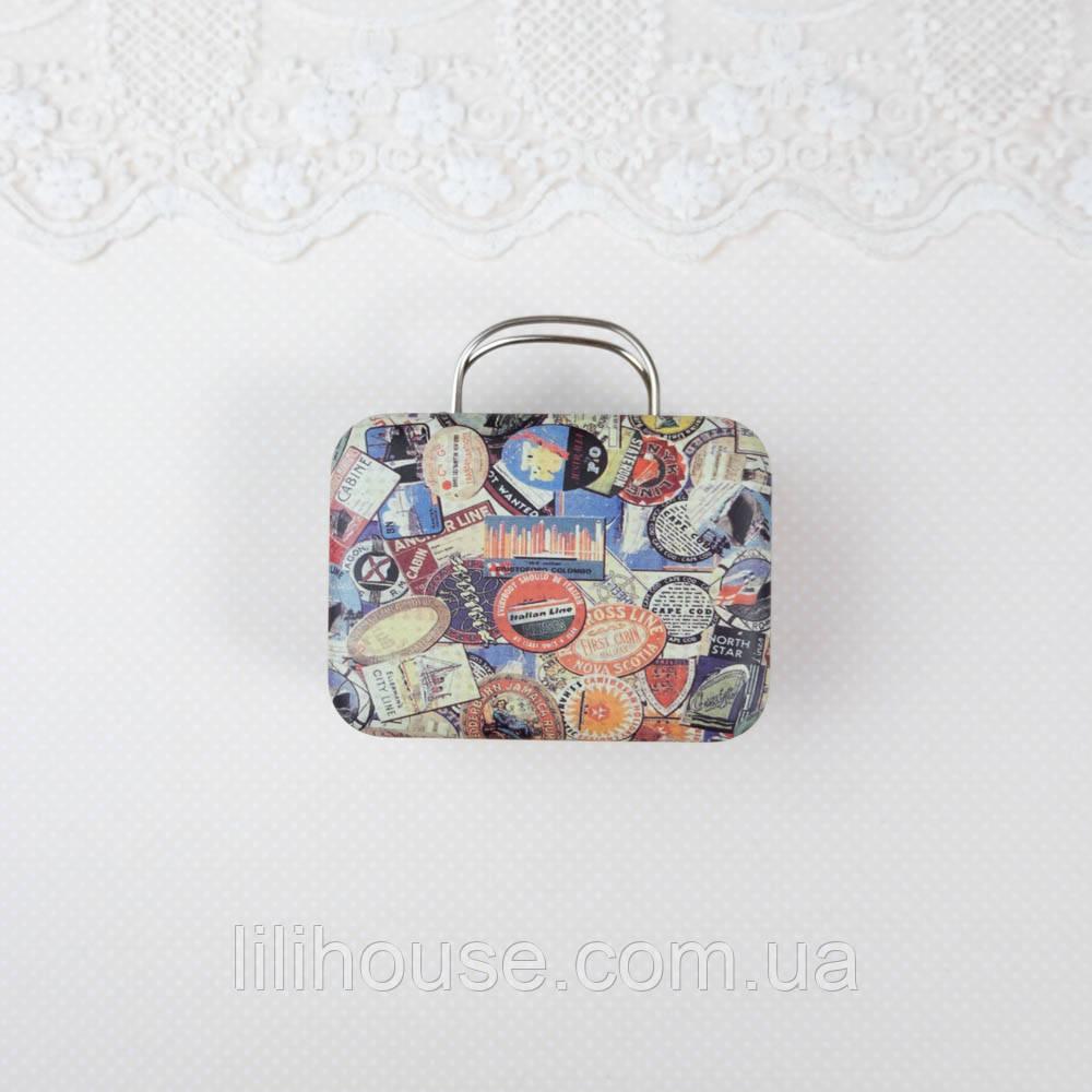 """Сумка чемодан кукольный или бокс для хранения """"Лейбы и марки"""" 7.5*5.5*3.5 см Беж"""