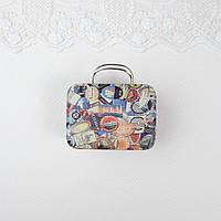 """Сумка чемодан кукольный или бокс для хранения """"Лейбы и марки"""" 7.5*5.5*3.5 см Беж, фото 1"""