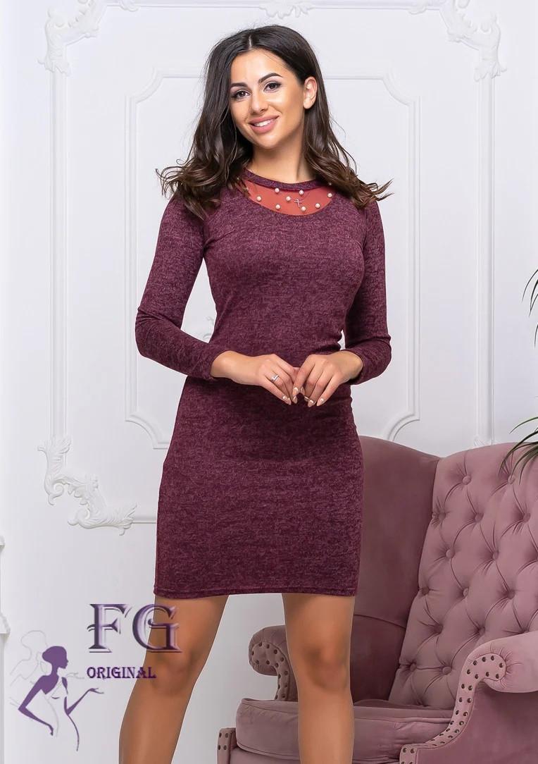 Бордовое платье по фигуре с бусами в районе груди длинный рукав