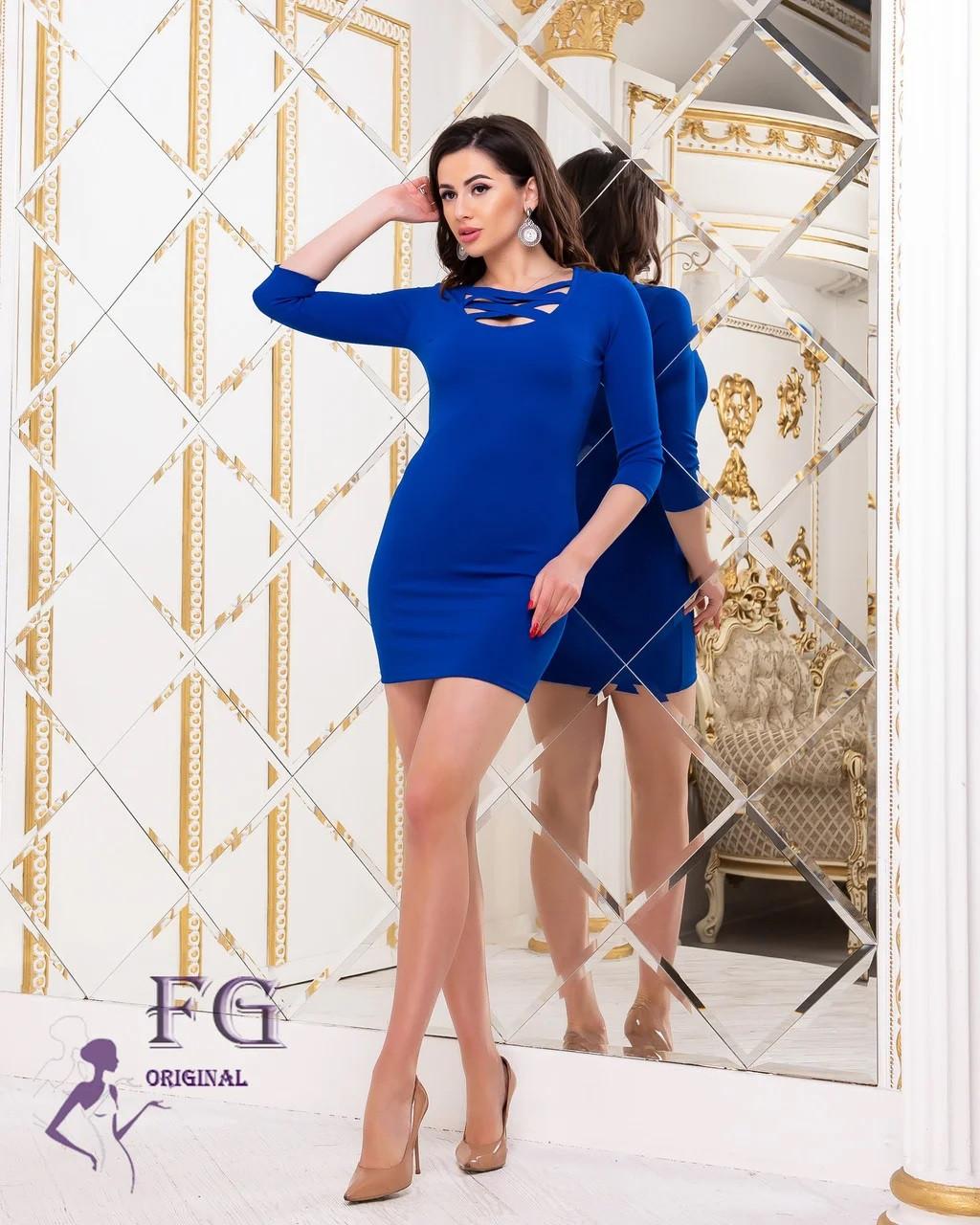 Стильное платье выше колен с декольте по фигуре электрик