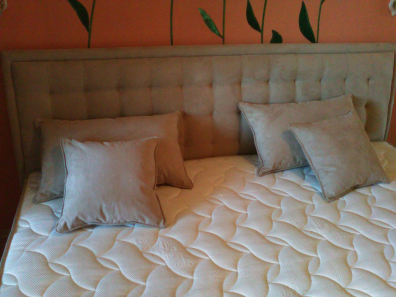 Двуспальная кровать с мягким подголовником