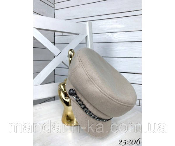 Женская кепи кашемир бежевая украшена цепью