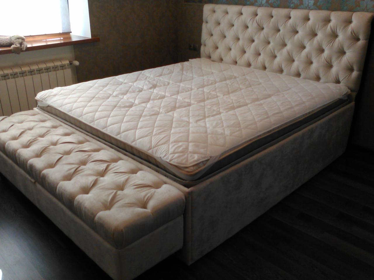 Двуспальная кровать с приставным пуфом