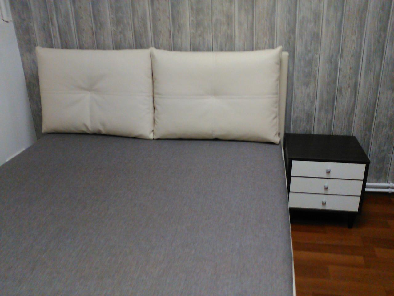 Кровать двуспальная с темным матрасом