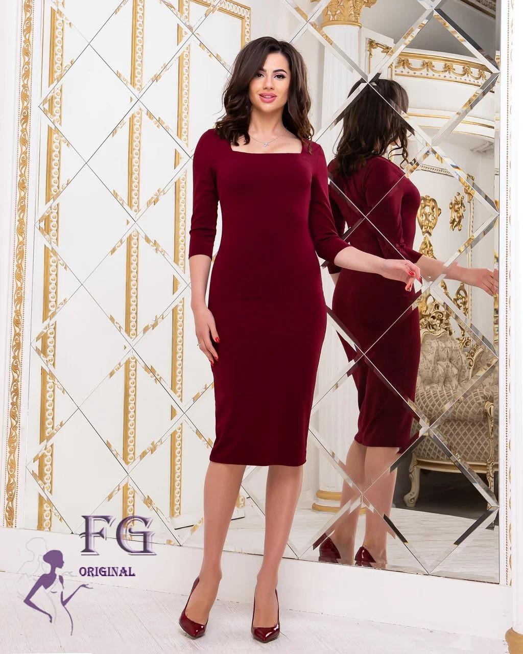 Демисезонное платье до колен по фигуре с квадратным декольте марсала
