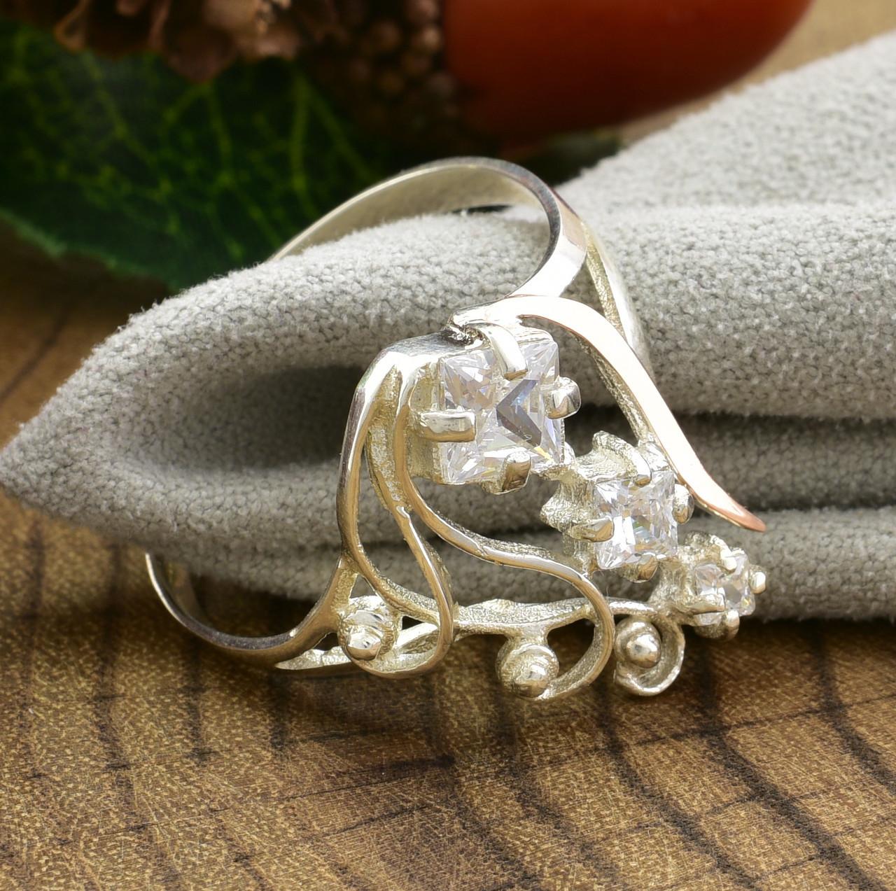 Серебряное кольцо с золотом Лира вставка белые фианиты вес 2.8 г размер 21