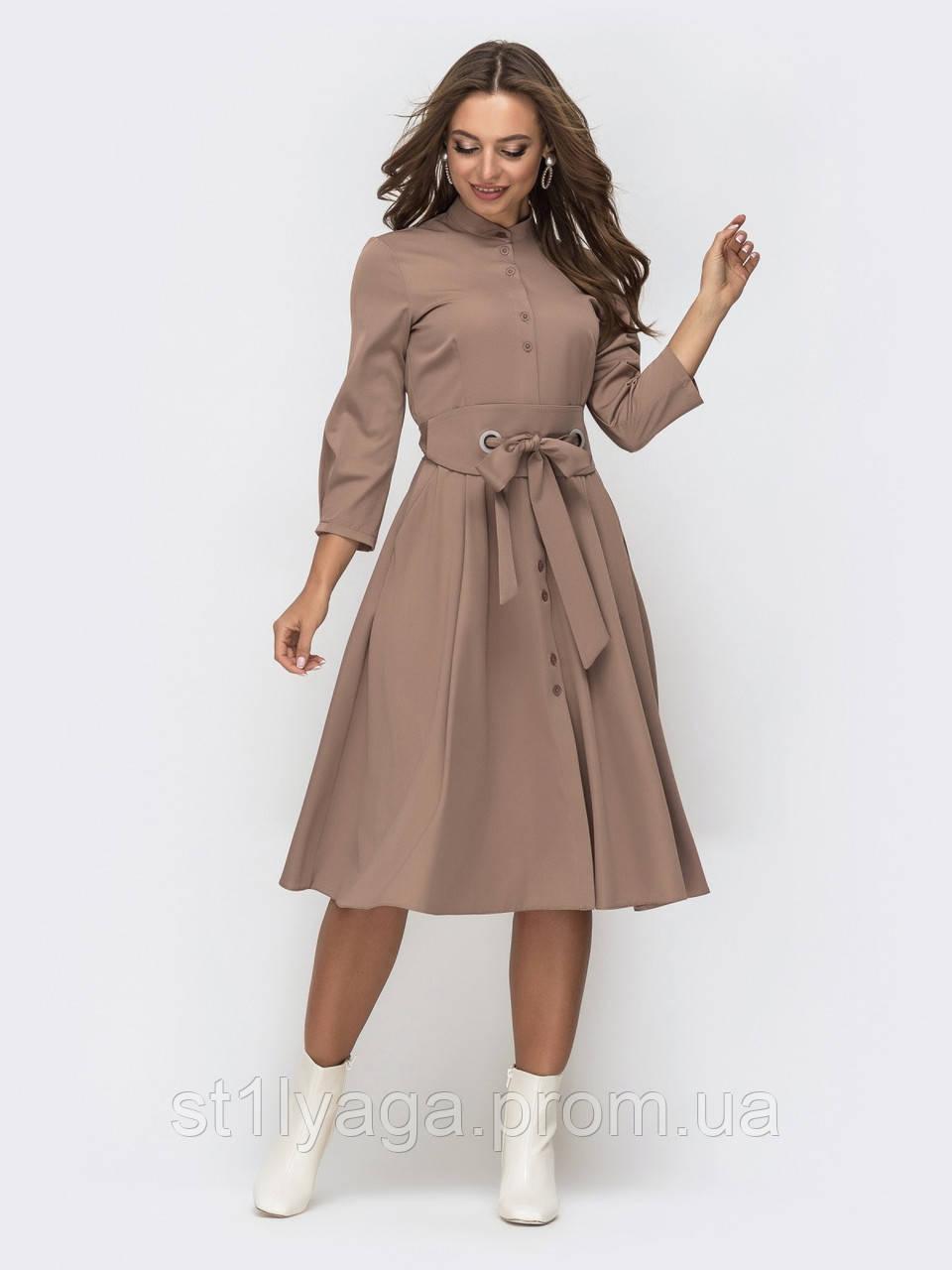 Расклешенное однотонное платье длиной миди с поясом