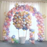 Несколько идей как оригинально украсить комнату шариками