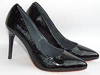 Туфли- лодочки, натуральная лакированая кожа, под рептилию, черного цвета