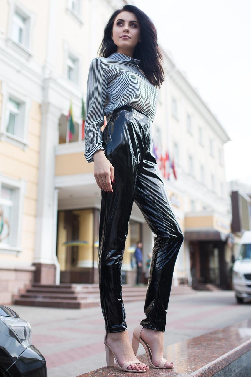 Чёрные лаковые брюки Quincy с высокой талией зауженные