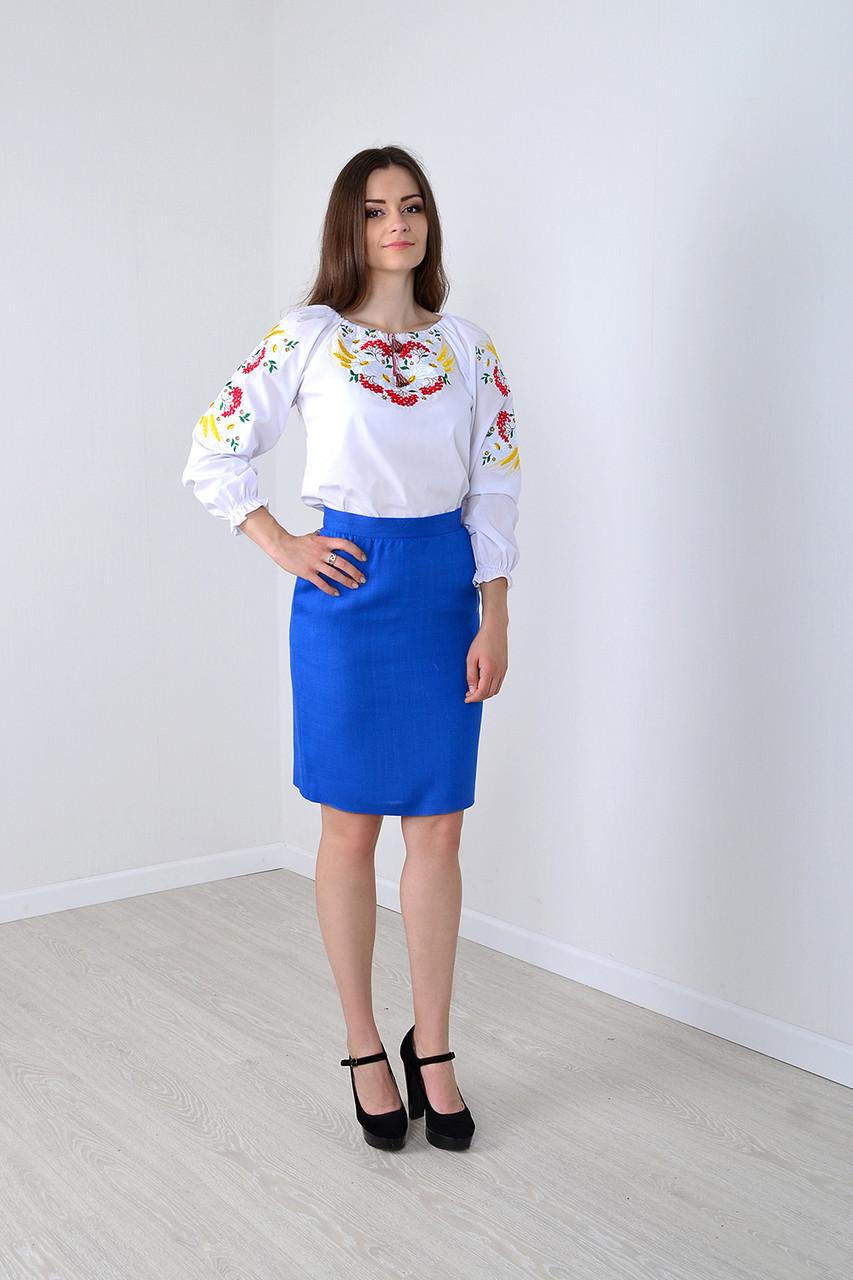 Очаровательная женская сорочка украшена вышитыми ромашки и калина  в белом цвете