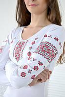 Нарядная женская вышиванка украшена классическим украинским орнаментом красного цвета