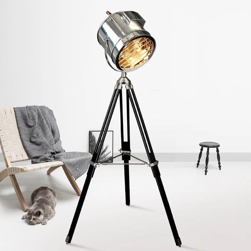 Декоративный металлический прожектор-торшер c хромированным плафоном в стиле лофт