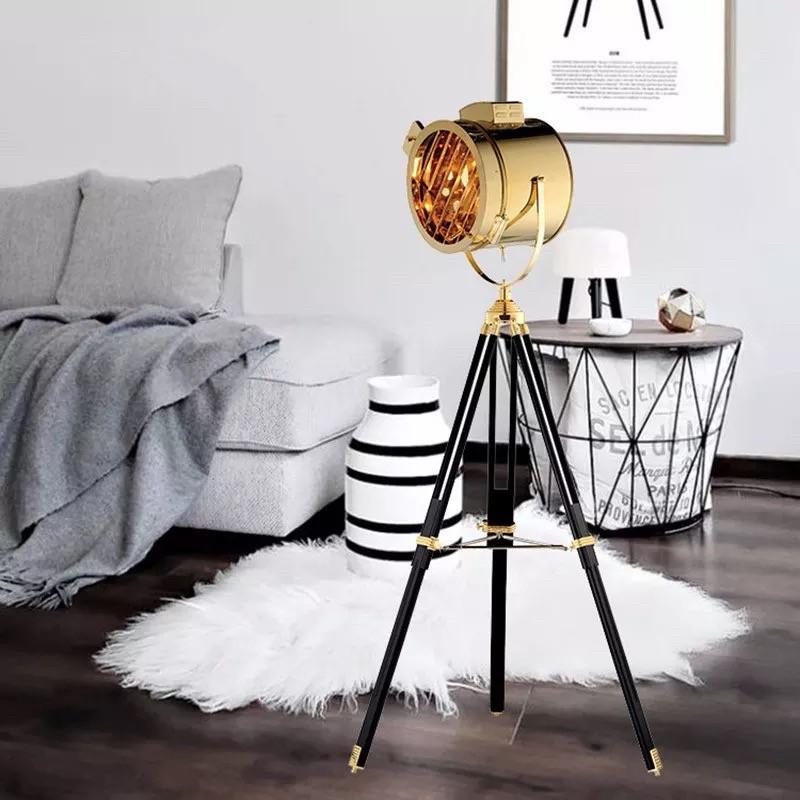 Декоративный металлический прожектор-торшер с золотым плафоном в стиле лофт