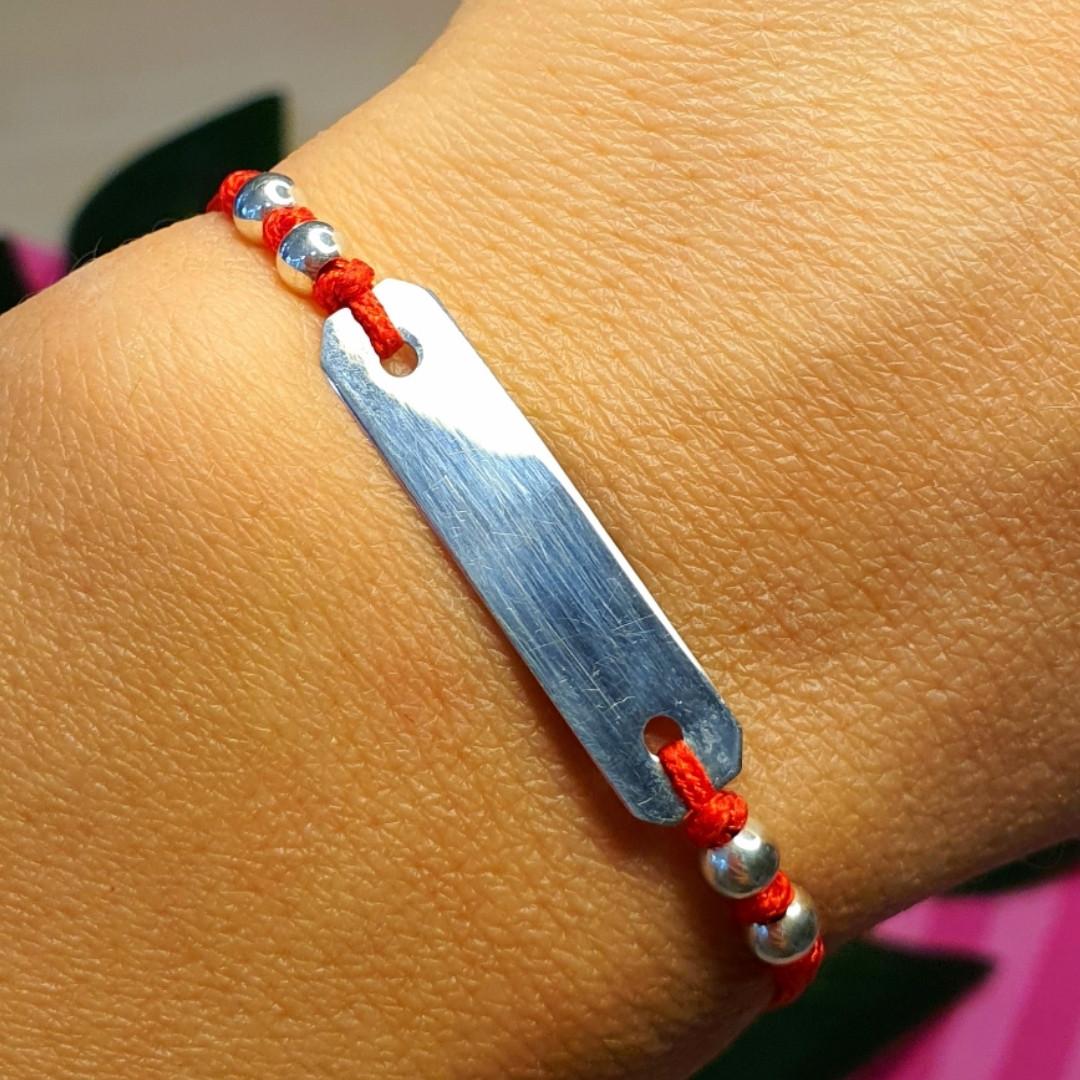 Браслет красная нить с серебряной пластиной для гравировки