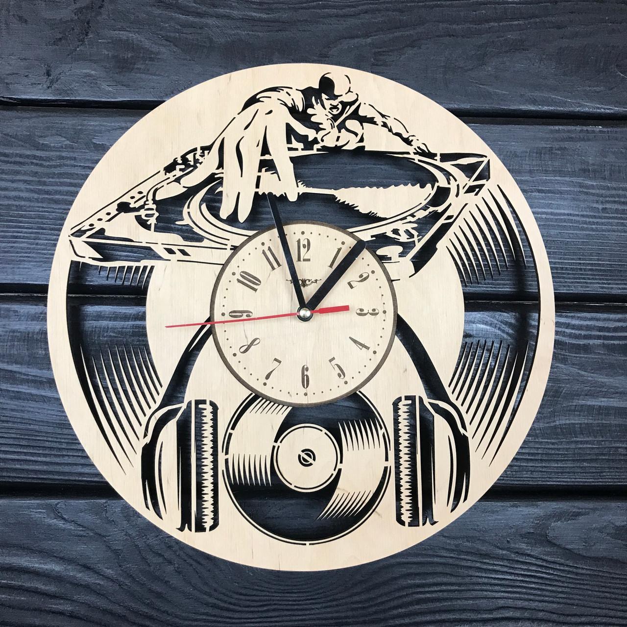 Стильные часы из дерева на стену «Диджей»