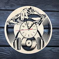 Стильные часы из дерева на стену «Диджей», фото 1