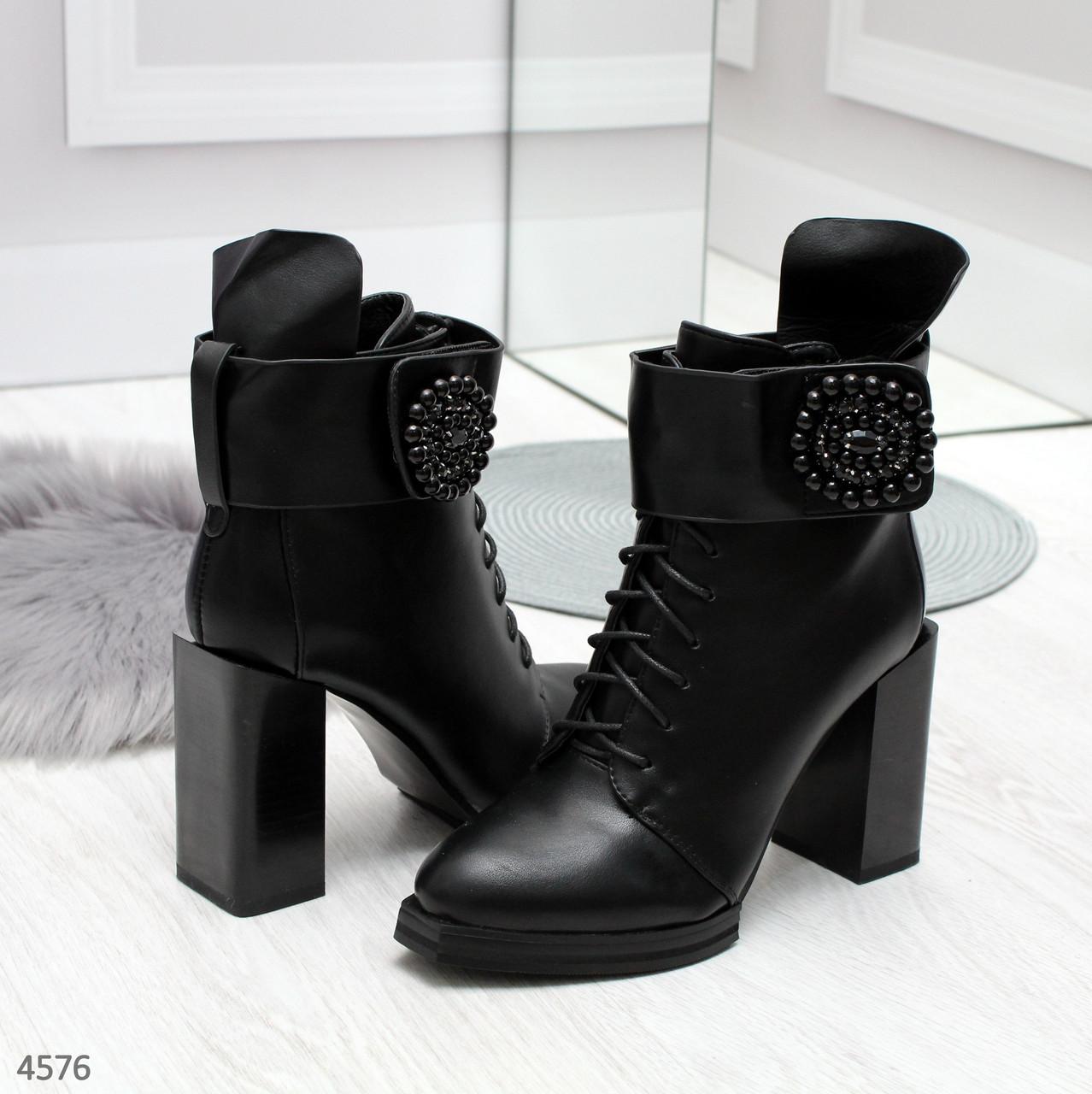 Ботинки ботильоны женские  демисезонные на толстом каблуке с брошью и ремешком черные