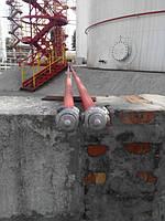 Основные причины пожаров и взрывов на нефтебазах и в резервуарных парках Основные причины пожаров и взрывов     Взрывоопасные концентрации природного газа образуются во время отключения трубопроводов, резервуаров и аппаратов, когда неполностью удаленный газ смешивается с поступающим воздухом. В связи с этим до начала работ газопроводы и резервуары необходимо промывать водой, пропаривать и продув