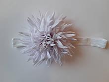 Детская красивая повязка белая - окружность 38-60см, цветок 9см