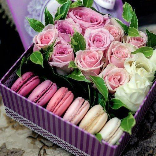 Коробка подарочная поздравительная Марлин с макарунами и цветами