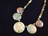 Бусы из жемчуга и вставками яшмы Пикассо,монета