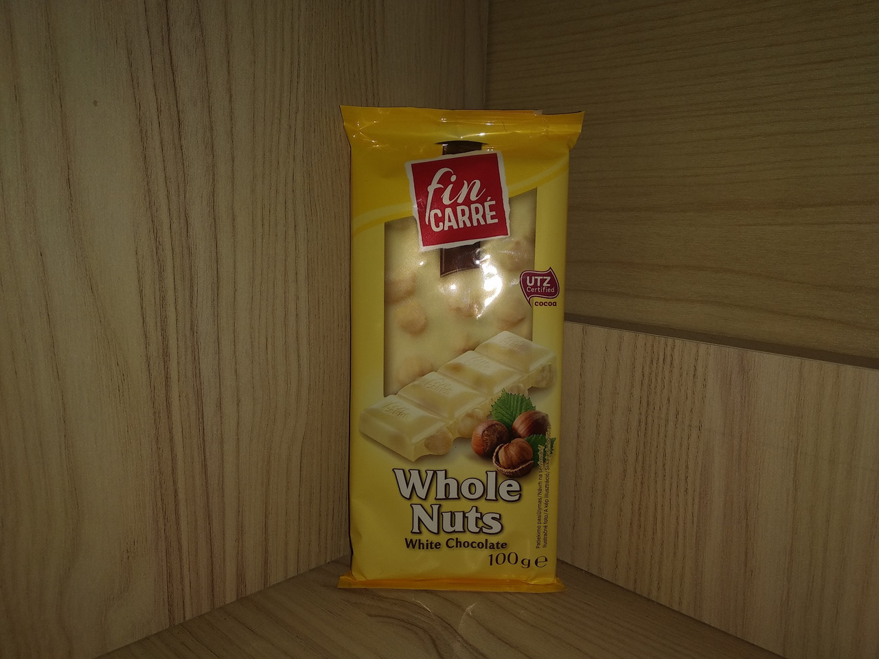 Шоколад білий Fin Carre цілий лісовий горіх 100 гр.