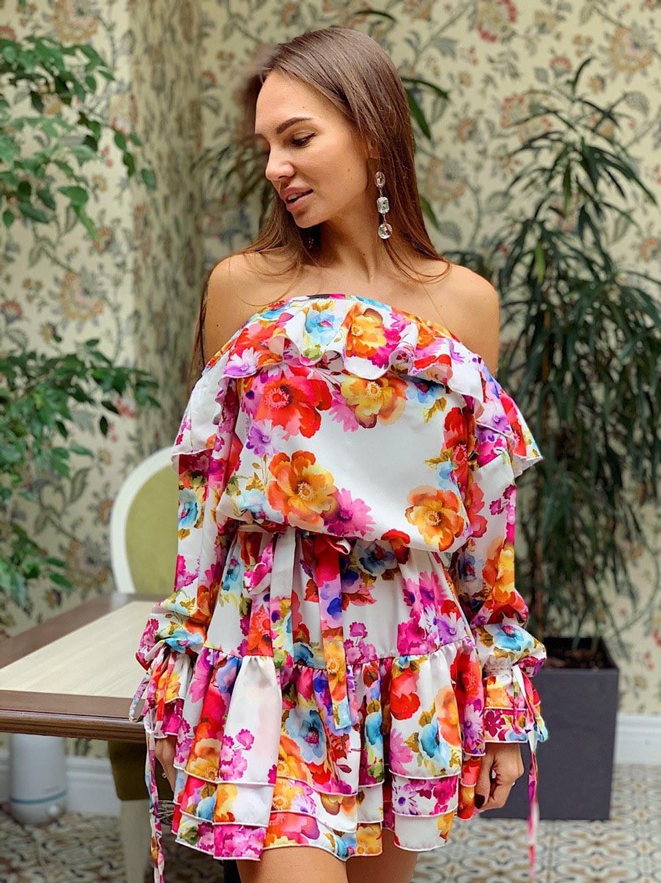 Принтованное короткое платье с открытыми плечами и воланами 3603967