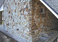 Облицовочный камень или плитка из камня различной фактуры