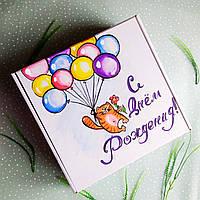 Подарочная белая картонная коробка с ручной росписью С Днём рождения и бумажным наполнителем.