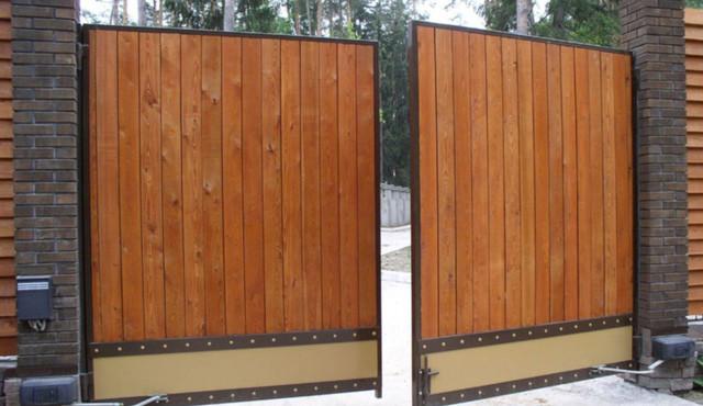 Распашные ворота из дерева