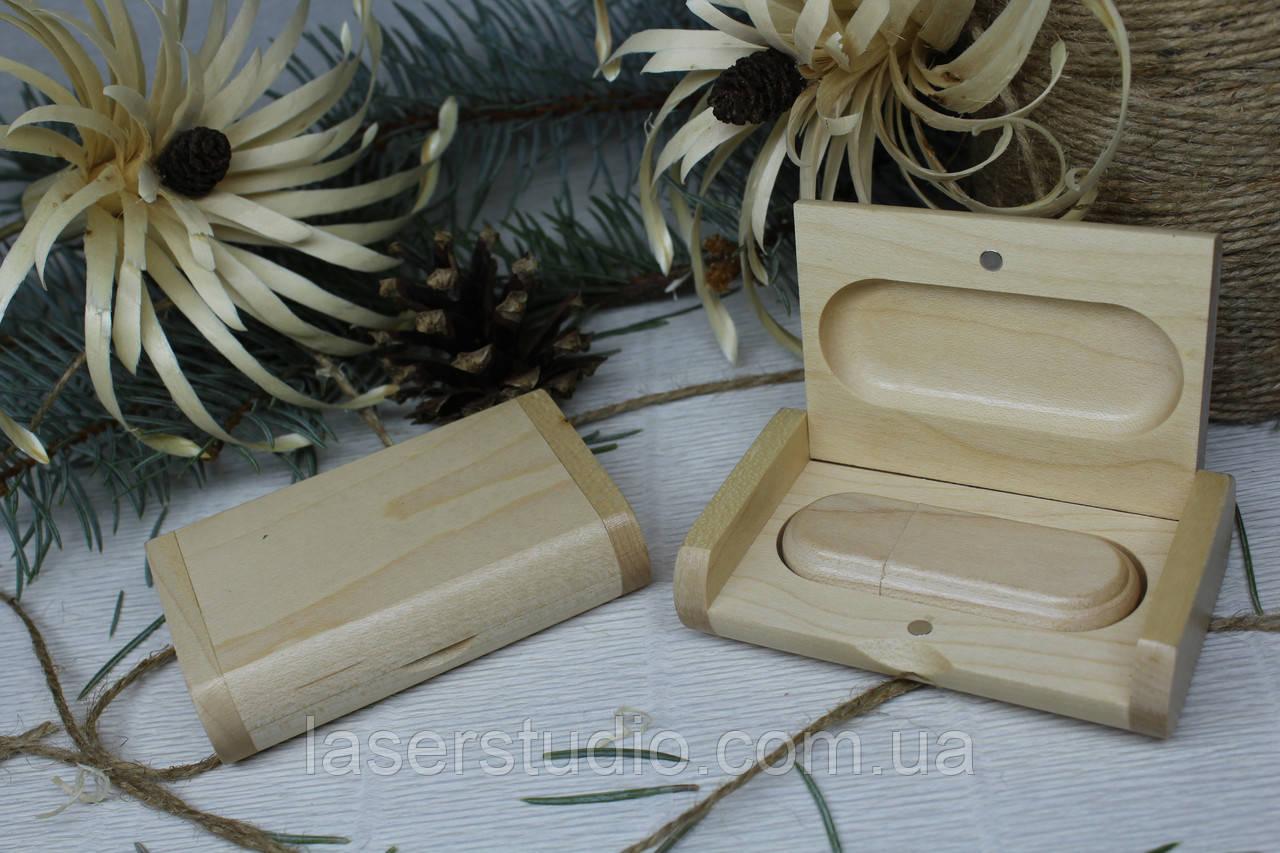 Деревянная флешка «Овал» с индивидуальной гравировкой Клен с окантовкой на 32Gb (3.0) в шкатулке