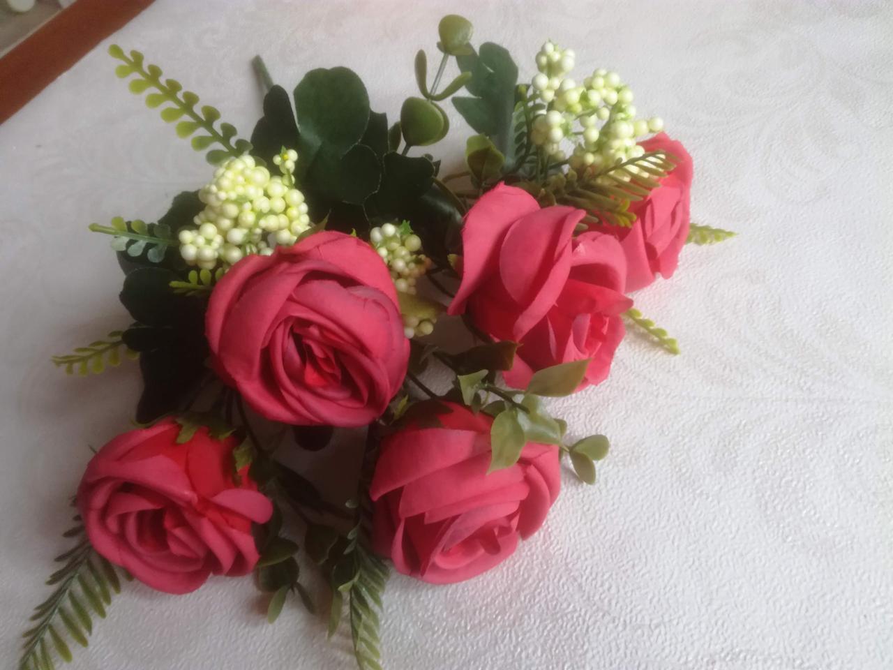 Букет крупных роз красный