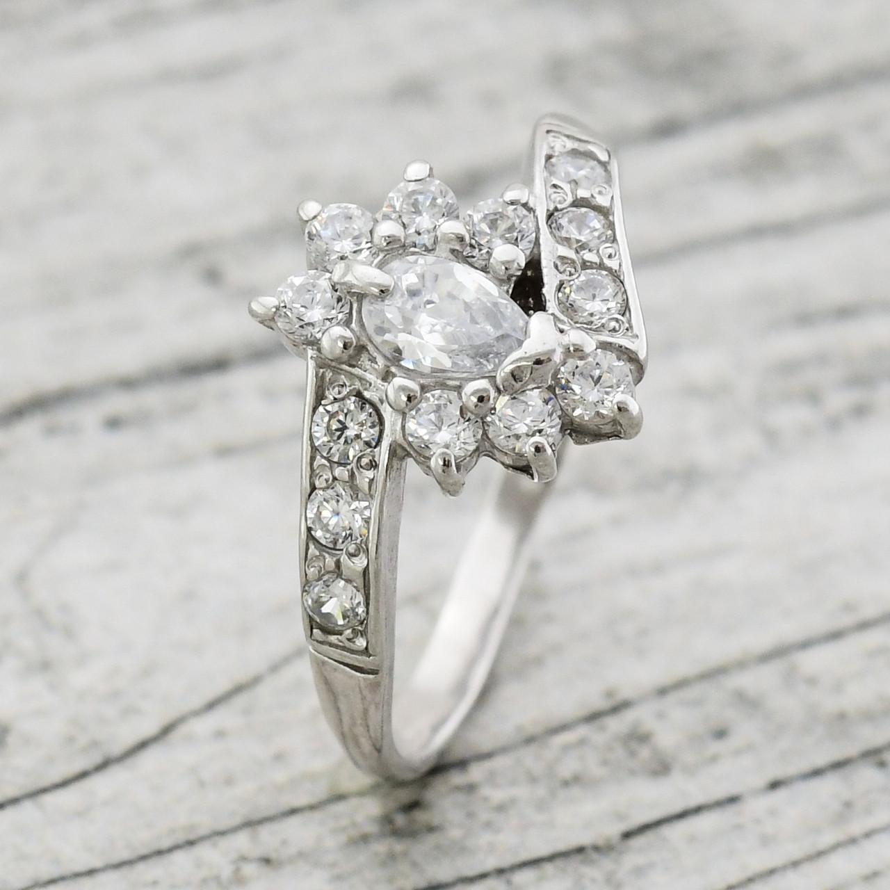 Серебряное кольцо Графиня вставка белые фианиты вес 1.72 г размер 19