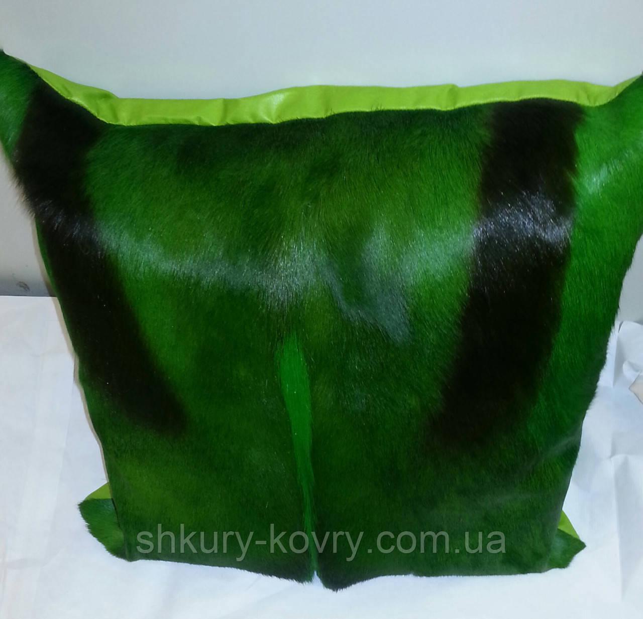 Подушка из шкуры африканской газели Спрингбок крашенная в зеленый цвет